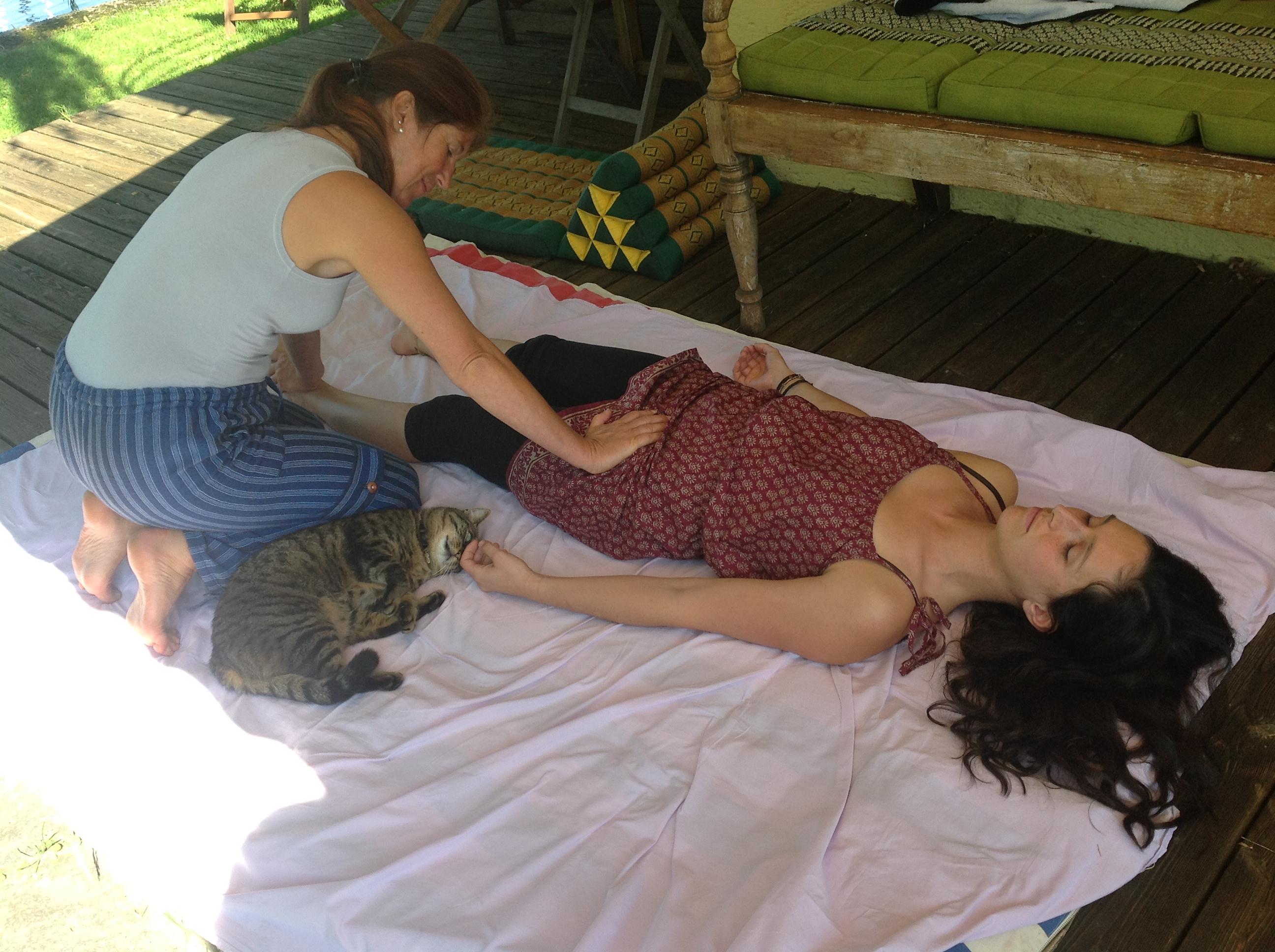 yoga asana im studio und im sommer am see in kreuzlingen. Black Bedroom Furniture Sets. Home Design Ideas